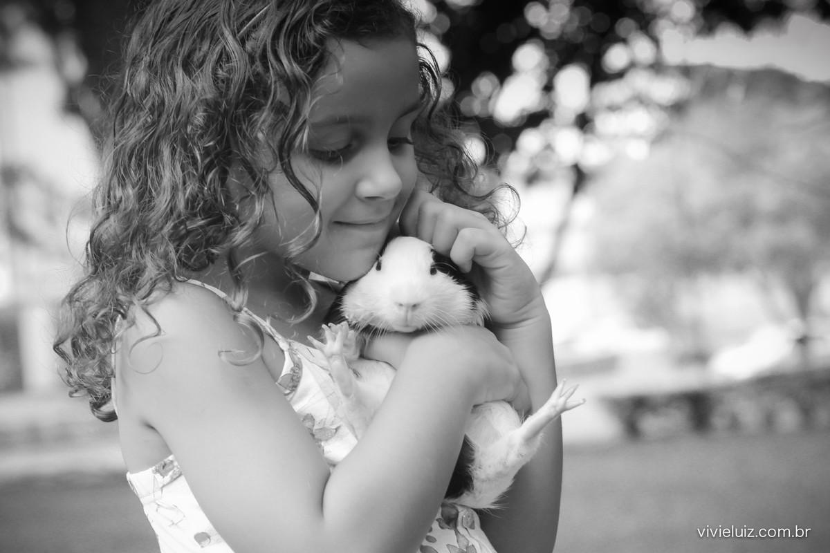 menina com porquinho da índia