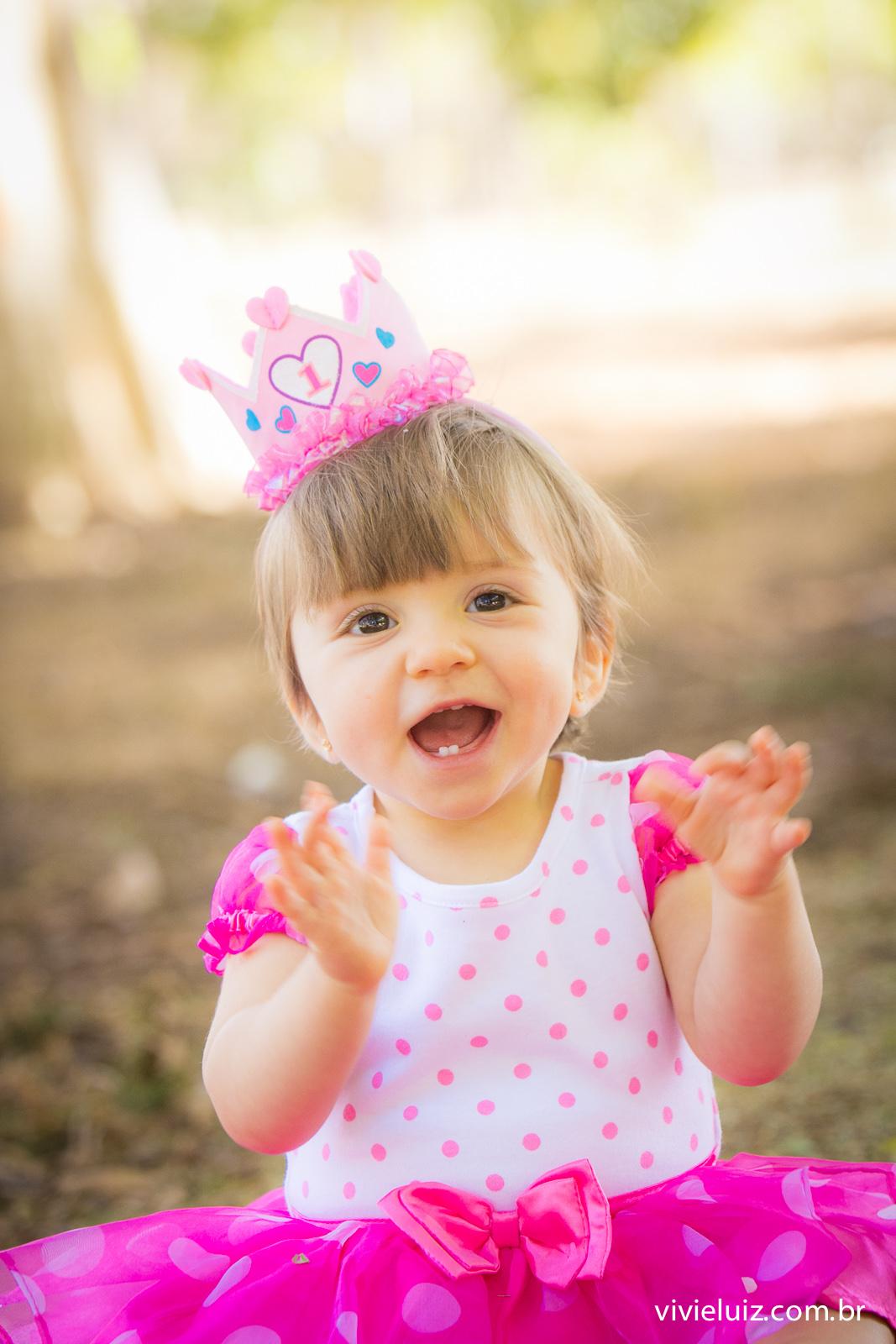 menina de rosa batendo palmas e cora de 1 ano rosa