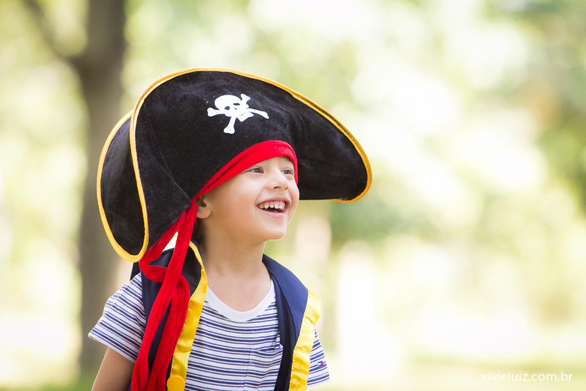 criança com fantasia de pirata