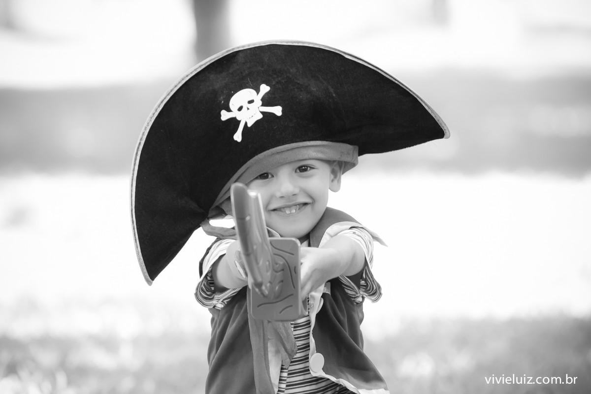 criança com fantasia de pirata e espada