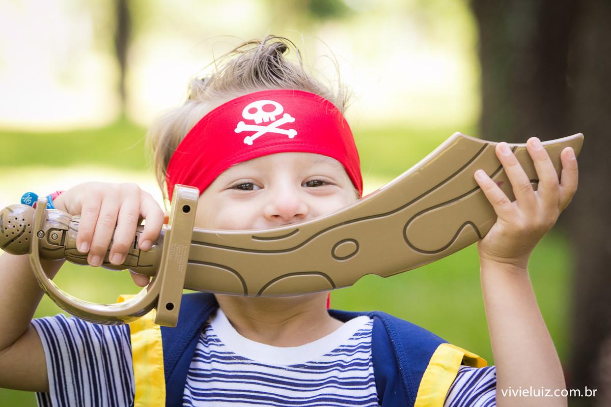 criança de pirata sorrindo