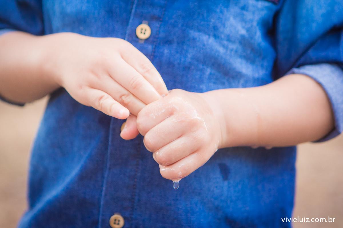 maos sujas da criança