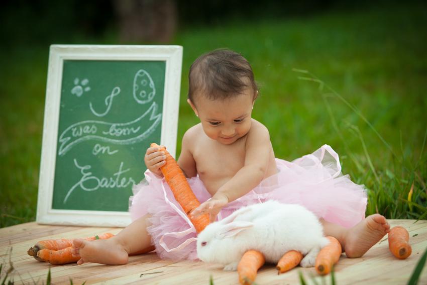 bebe e coelho com cenoura