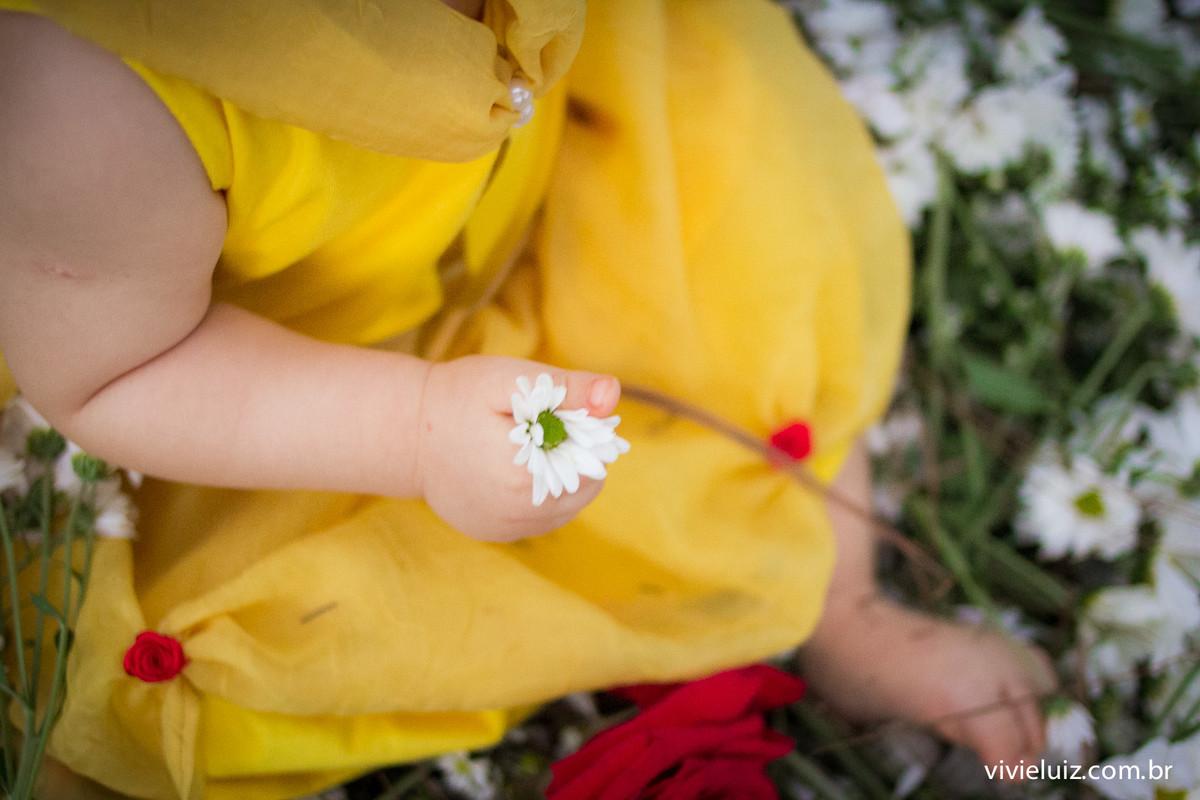 flor branca na mao da criançasorr