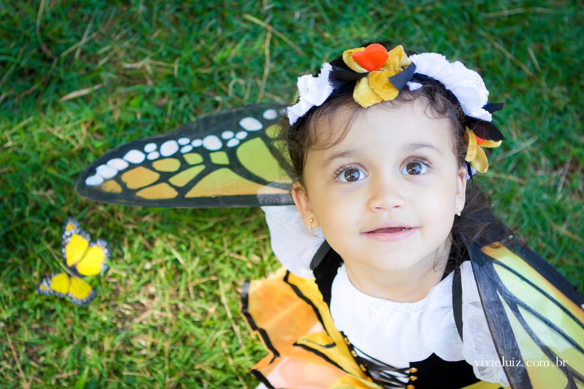 menina fantasiada de borboleta