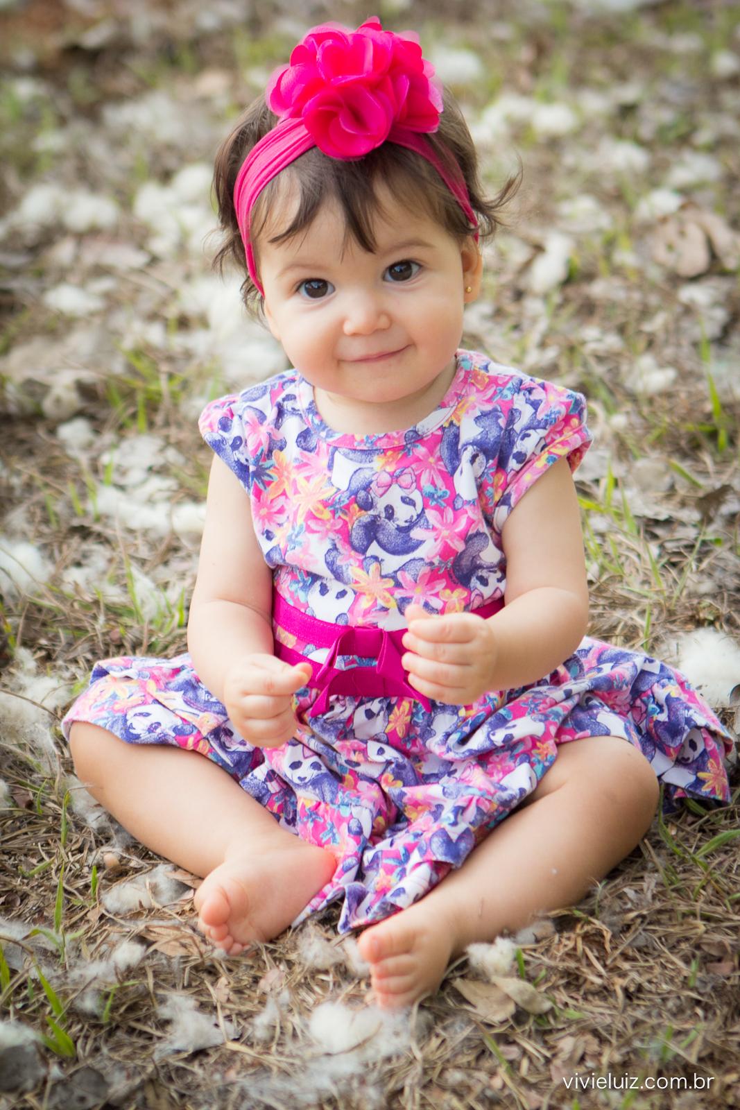menina com flocos de grama