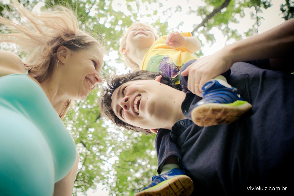família rindo com filho no pescoço do pai