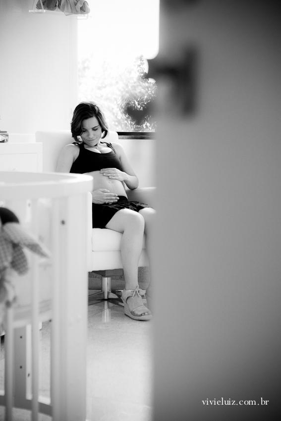 Gestante no quarto do bebê