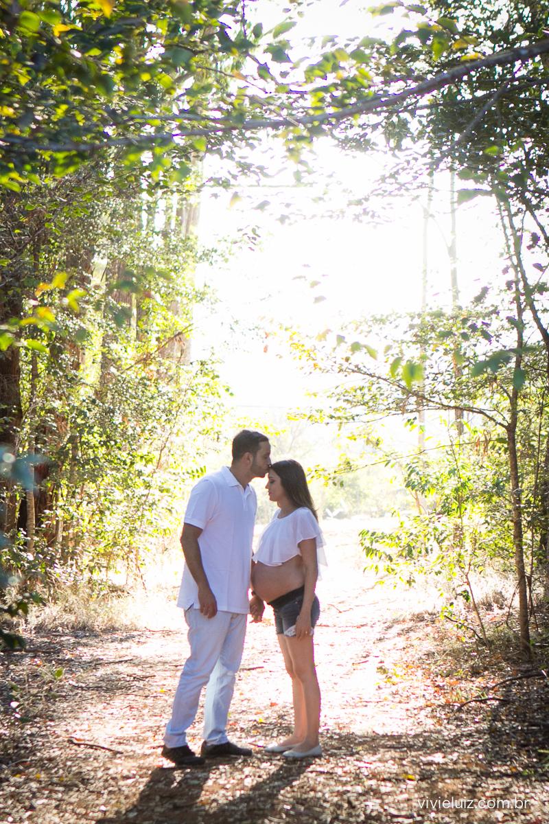 Casal gestante em campo de árvores