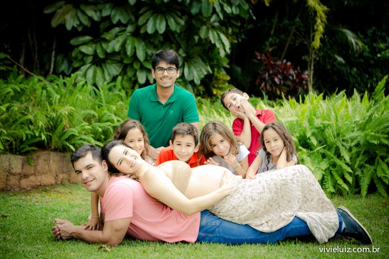 Mãe de sete com toda sua família No jardim