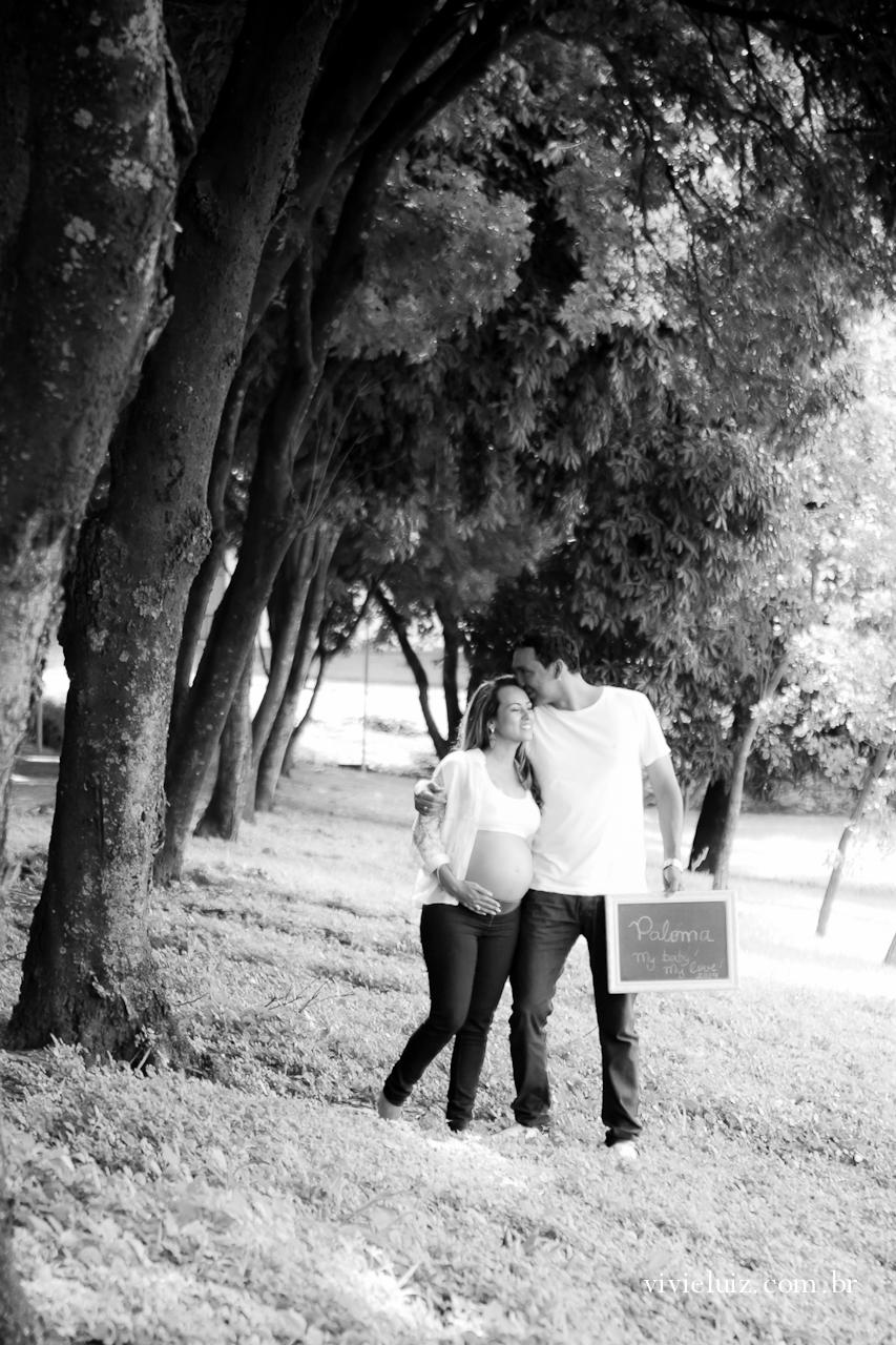 Casal gestante No bosque Se beijando
