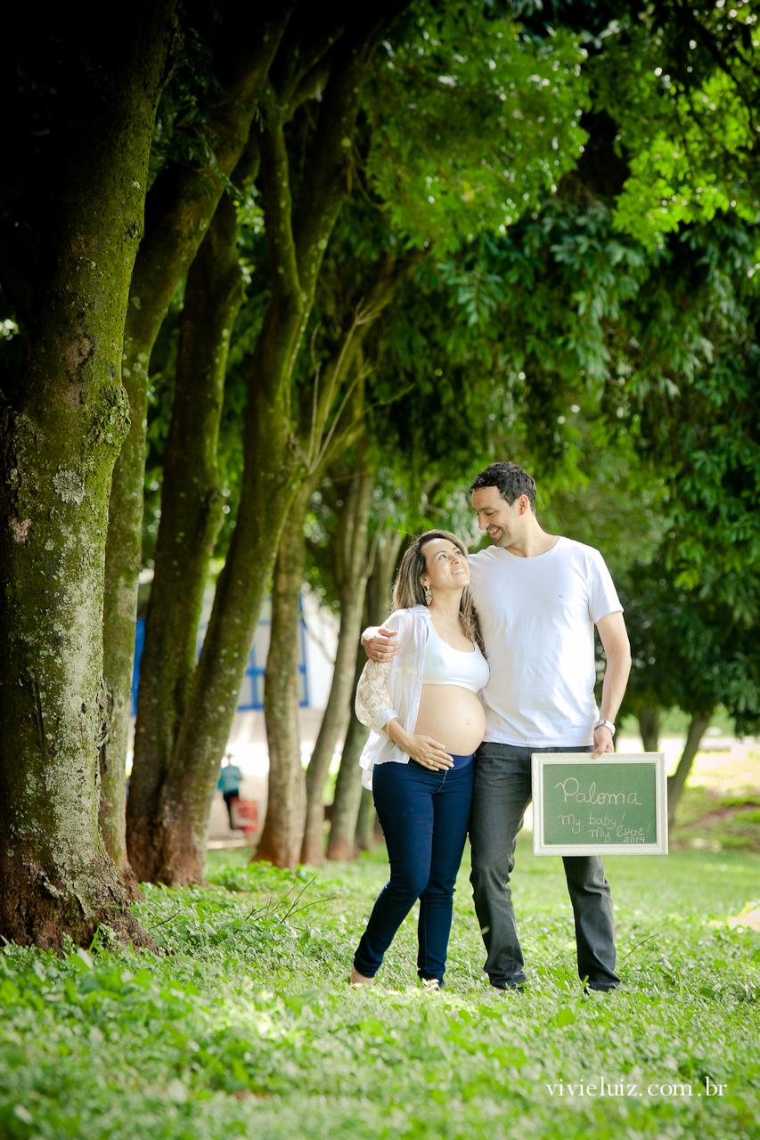 Bosque de árvores com casal grávida