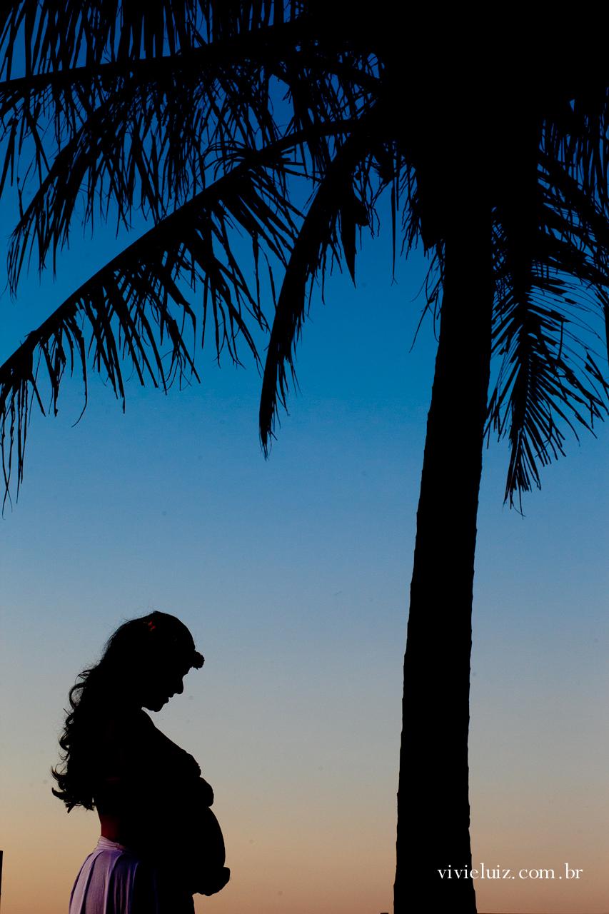 Gestante No pôr-do-sol com coqueiro