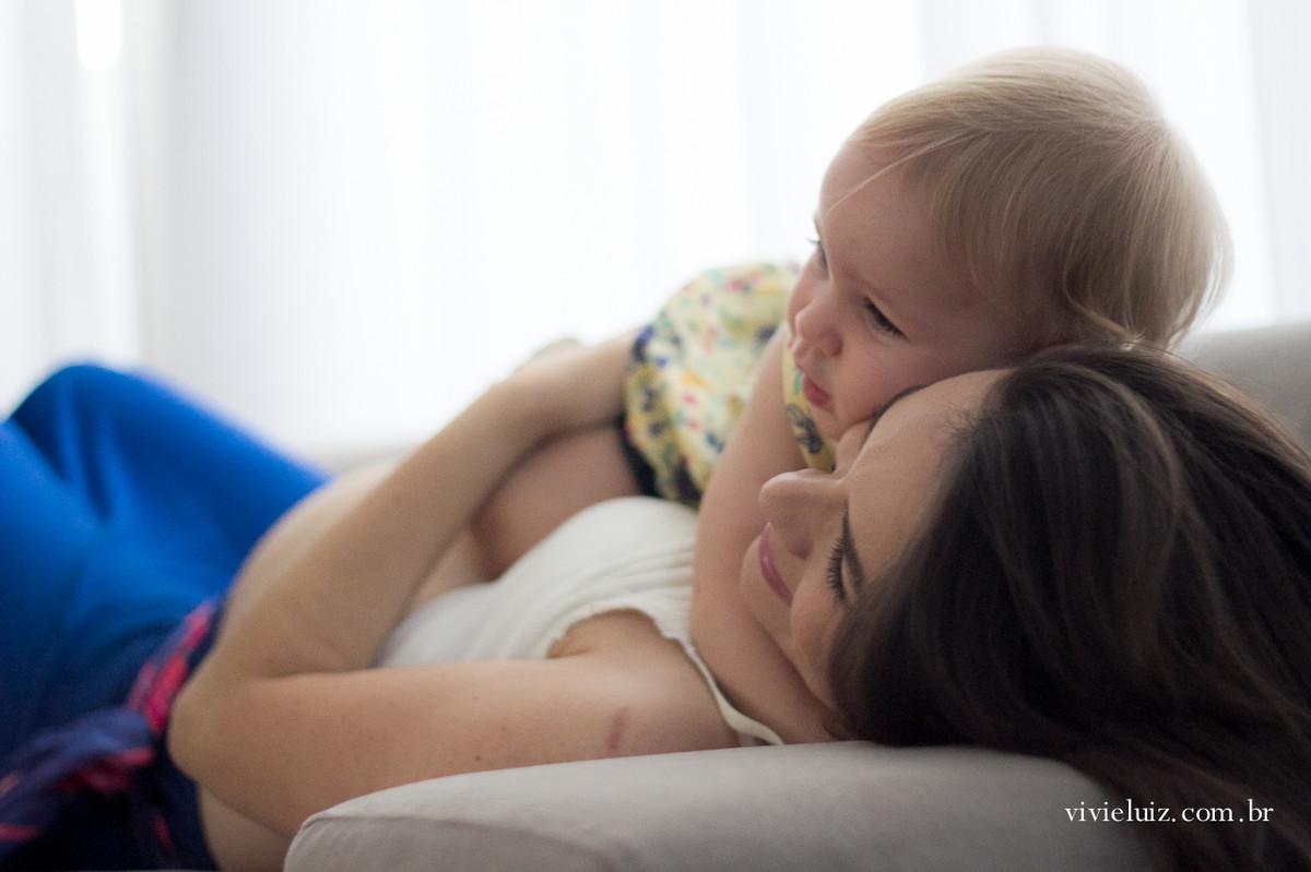 Abraço de mãe e filha gestante