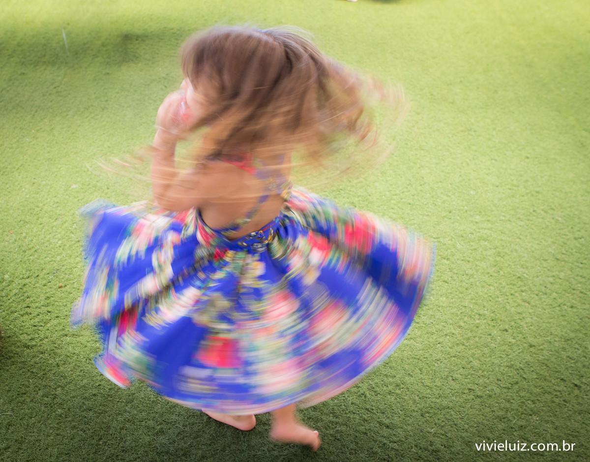 dançando com vestido azul