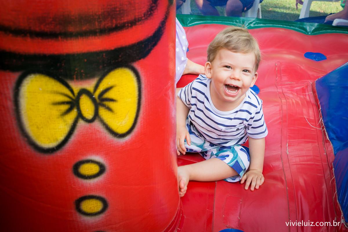 matias no brinquedo inflável em seu aniversario com fotos de vivi e luiz fotografias