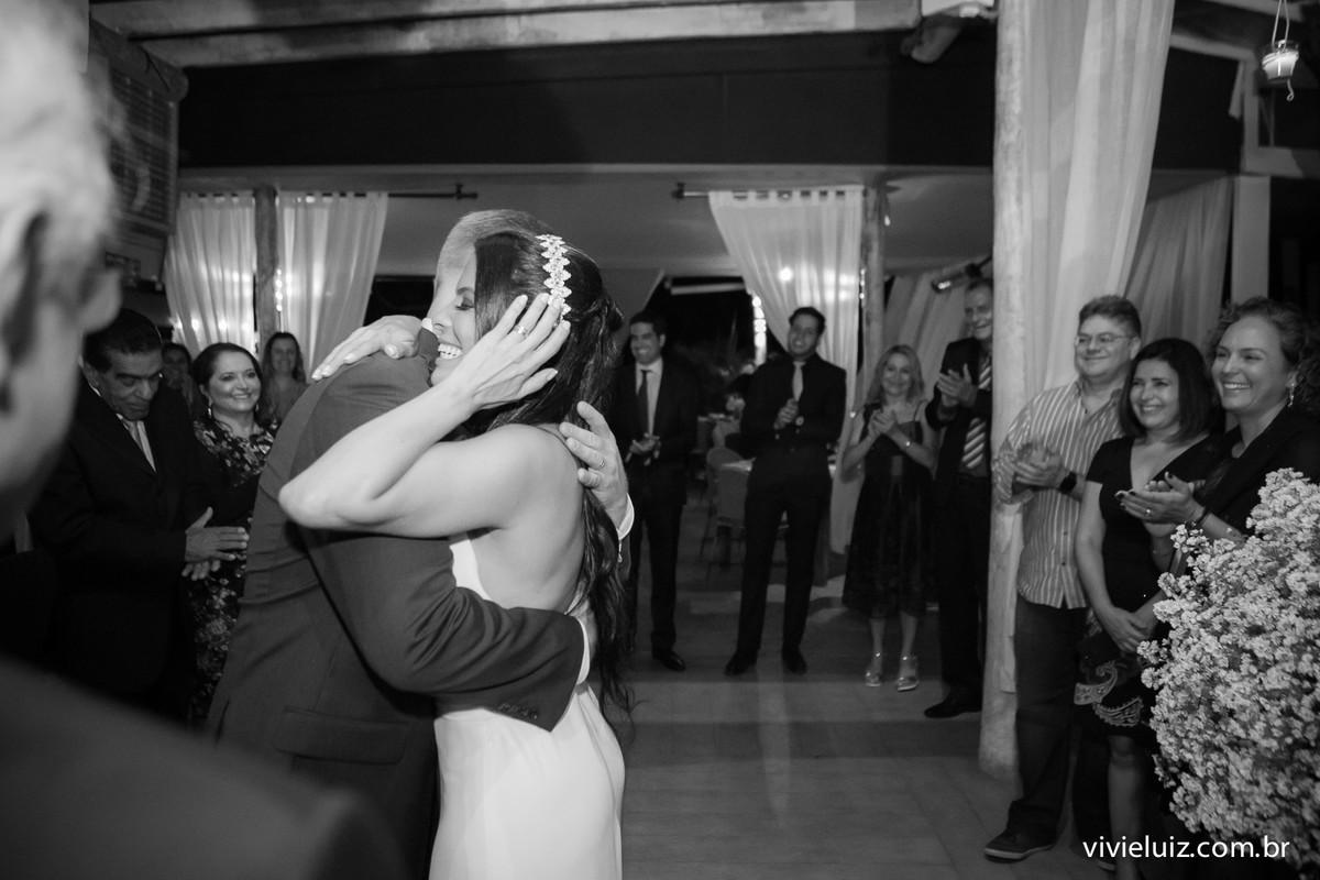 primeiro abraço dos noivos