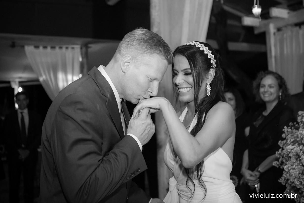 beijo na mao da noiva