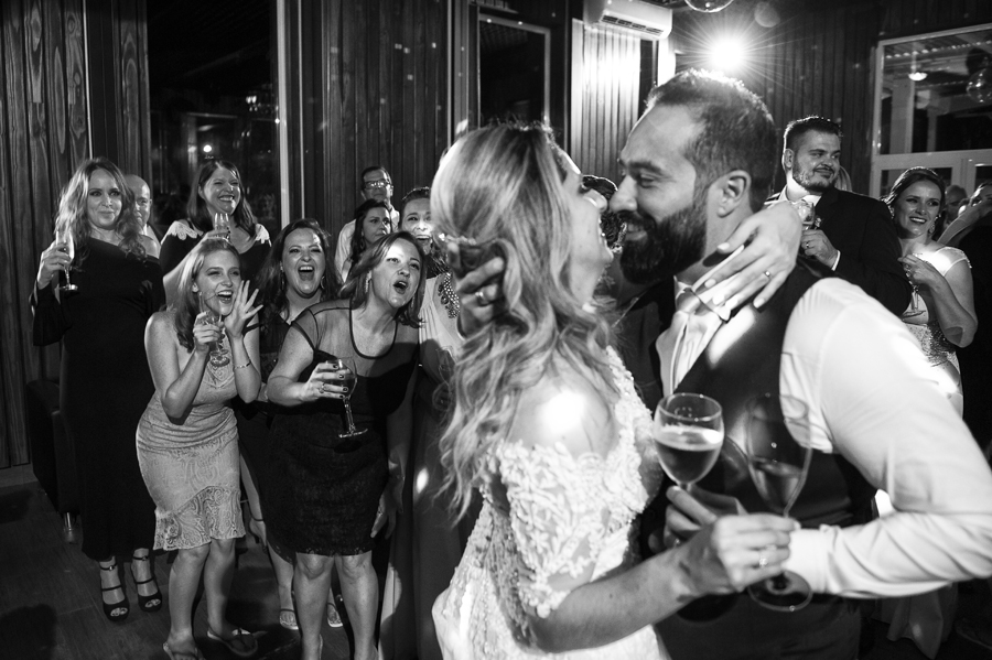 Convidados vibram com o beijo dos noivos