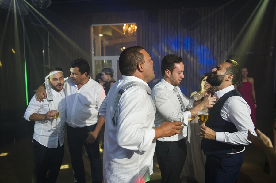 Amigos tiram a gravata do noivo em casamento