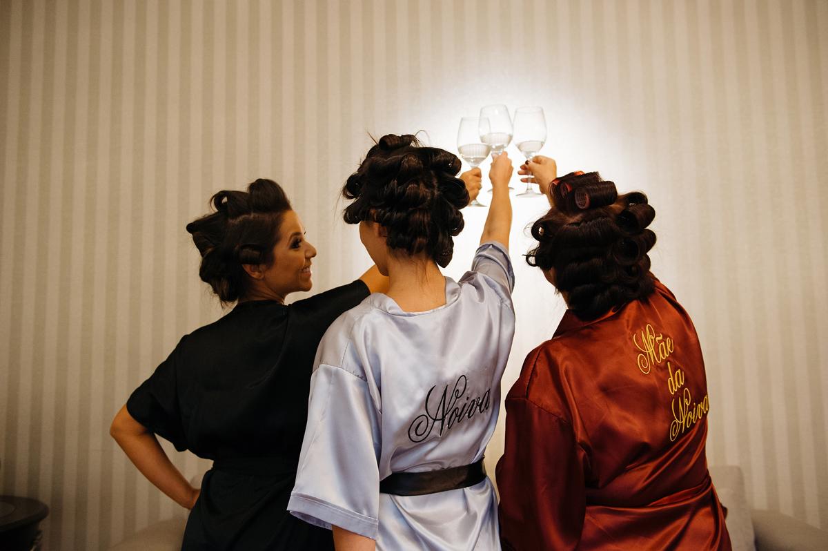 Brinde na noiva com a mãe e a irmã