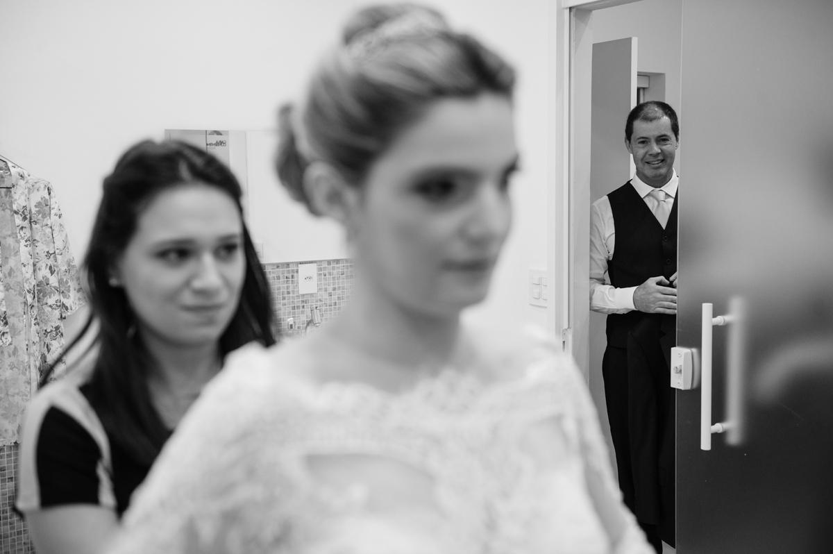 Pai vê a filha vestida de noiva