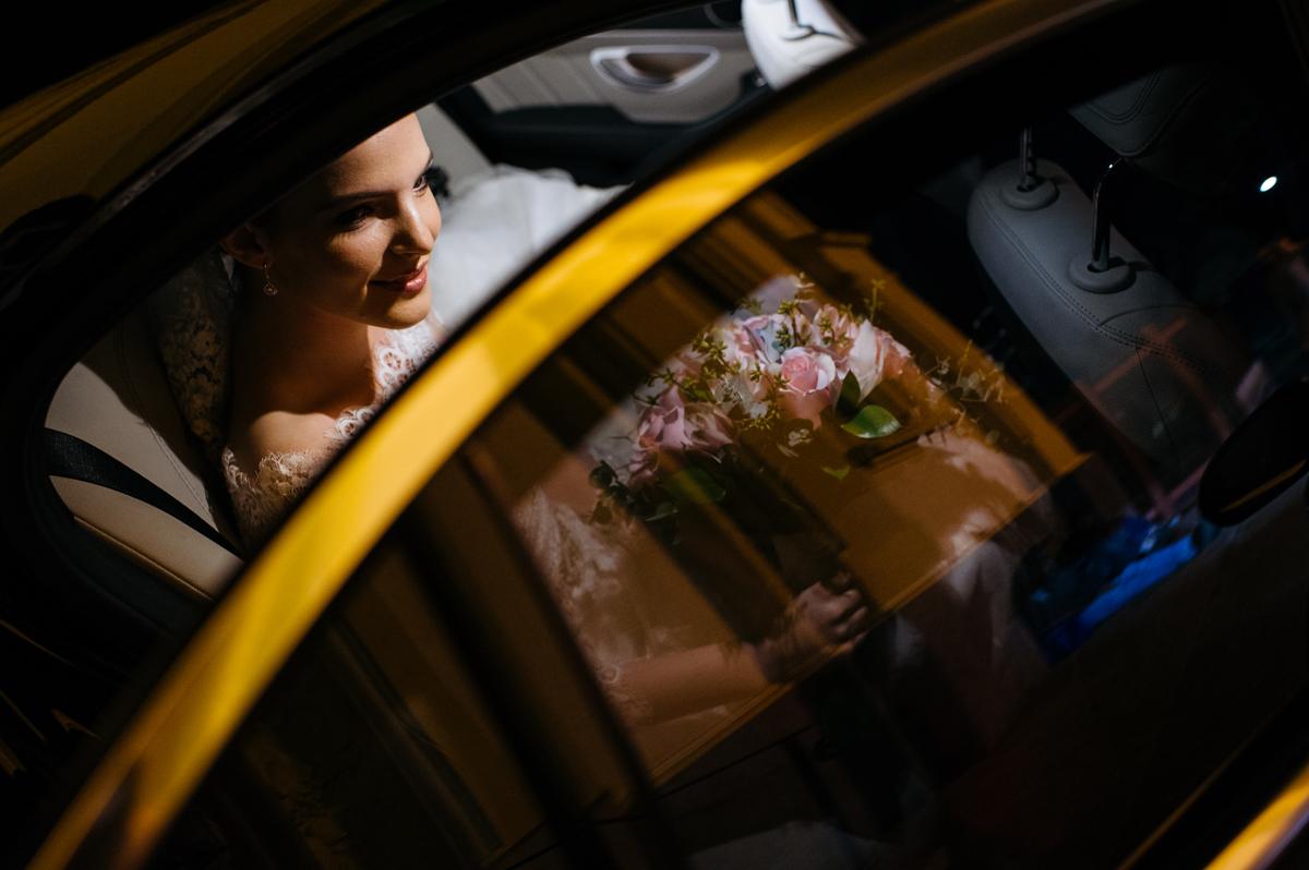 Noiva pronta para descer do carro e entrar na igreja