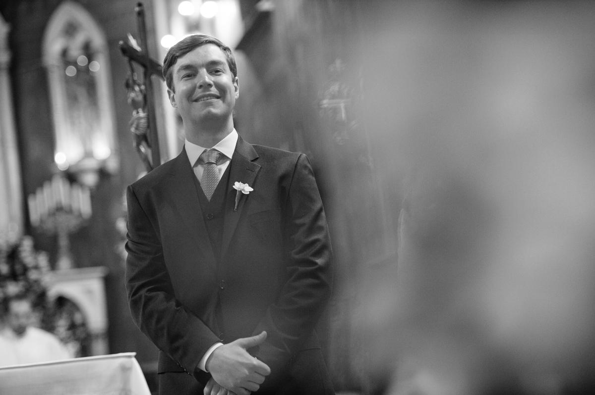 Noivo emocionado aguarda a chegada da noiva ao altar