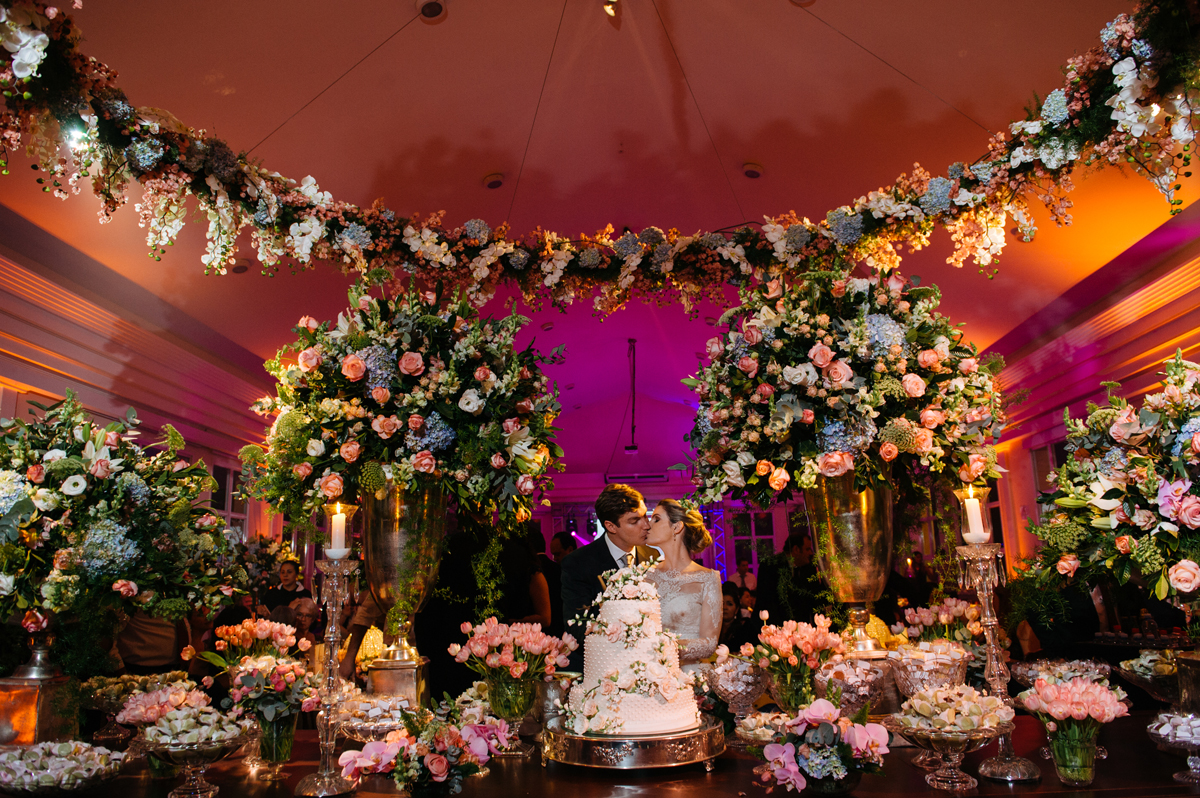 Corte do bolo pelos noivos no Monte Castelo