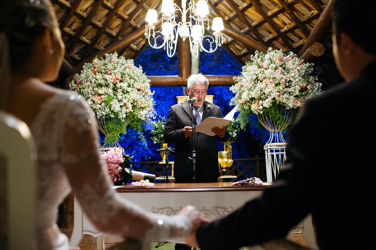 Cumplicidade dos noivos durante cerimonia de casamento