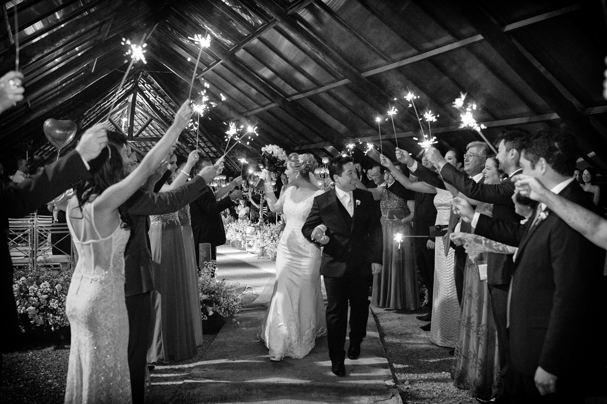 padrinhos com sparks na saída dos noivos