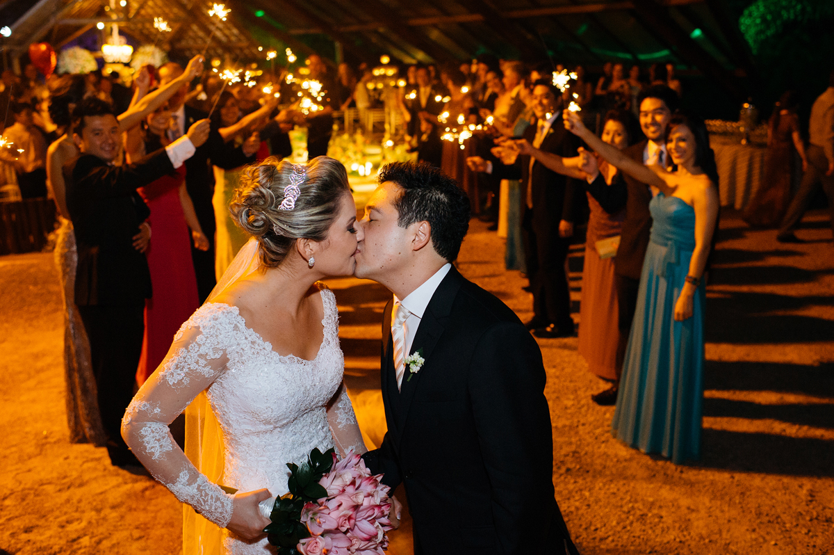 Beijo final em cerimonia budista de casamento