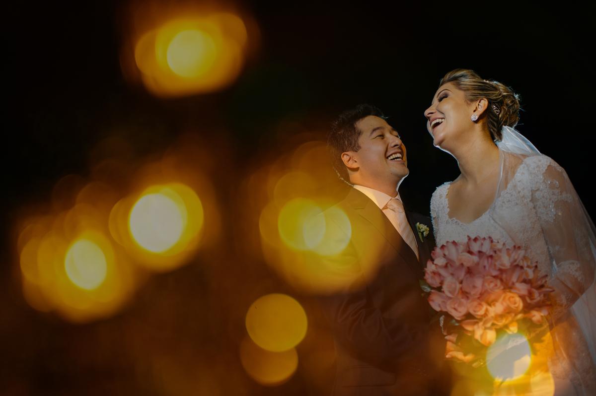 noivos muito felizes ao final da cerimonia