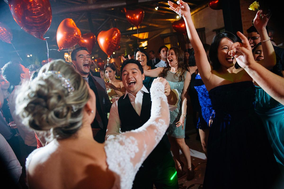 Noivos embalam a pista de dança