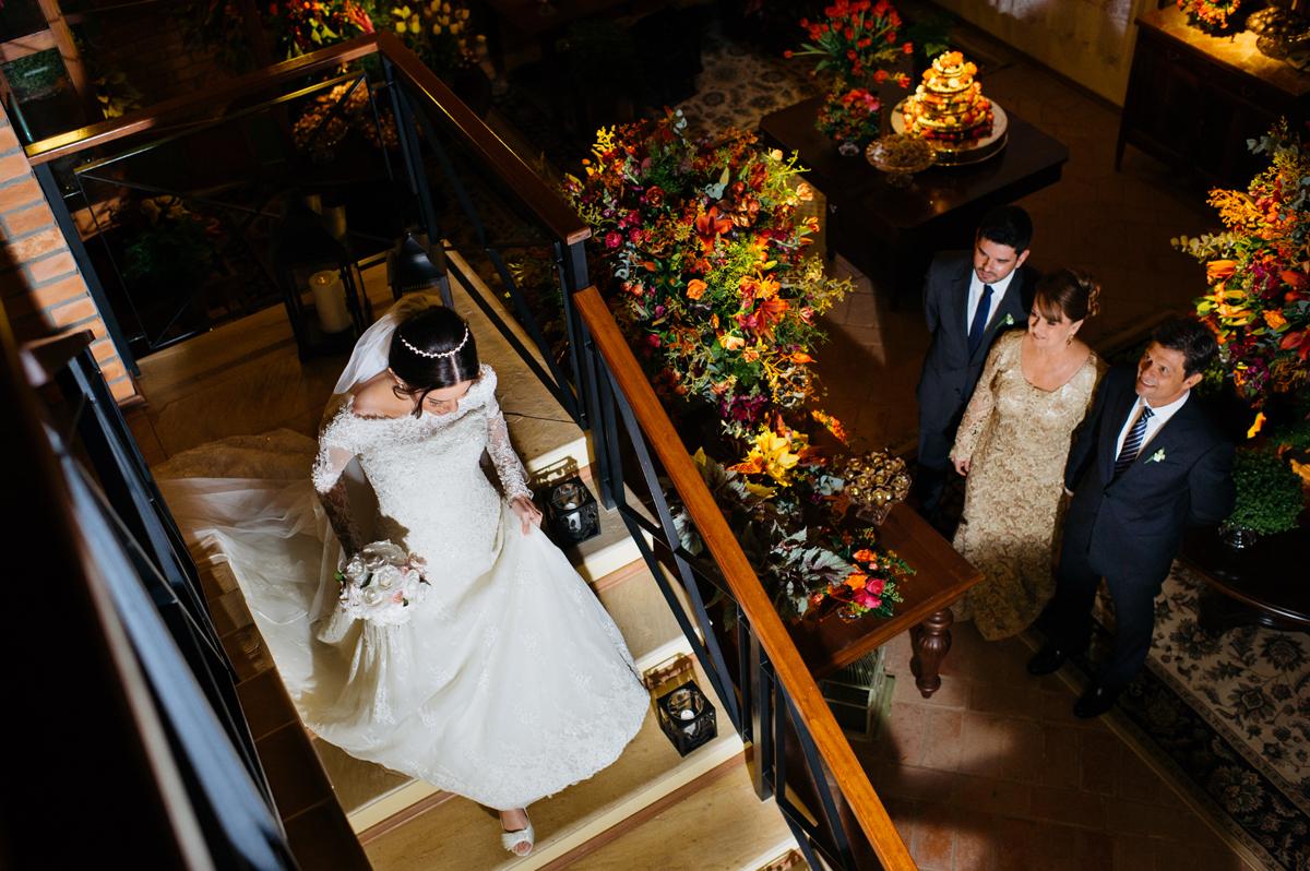 Os pais esperam para ver a noiva pela primeira vez