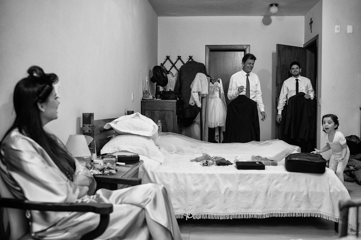 Pai invade o quarto em que a noiva se arruma
