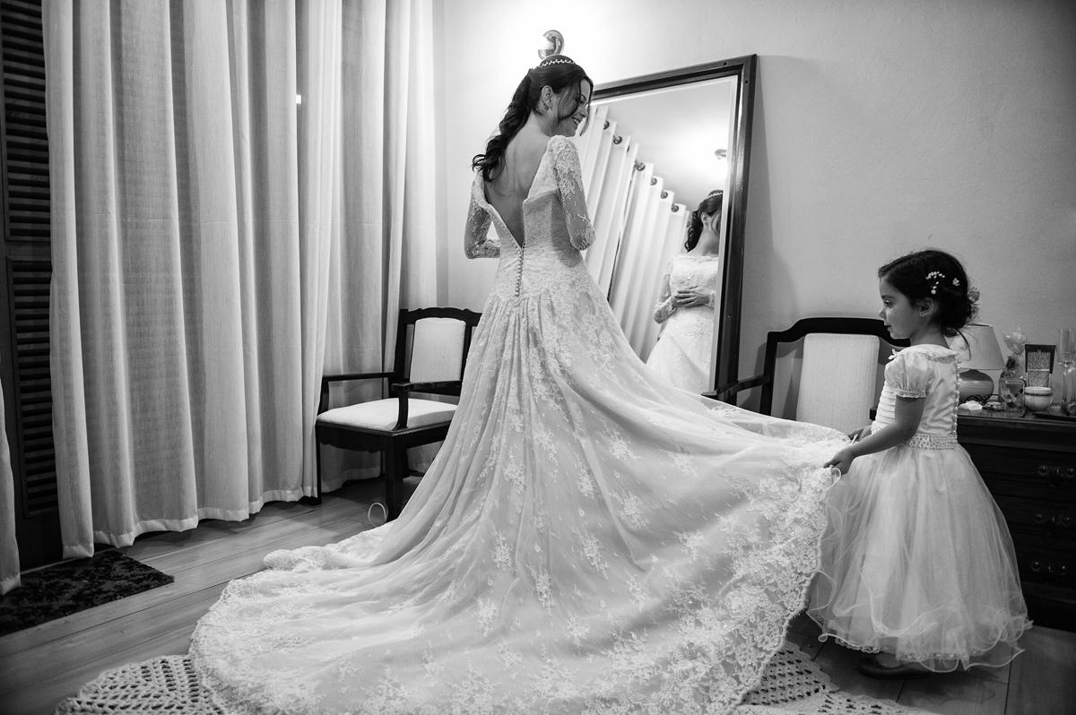 Novinha ajuda a noiva por o vestido