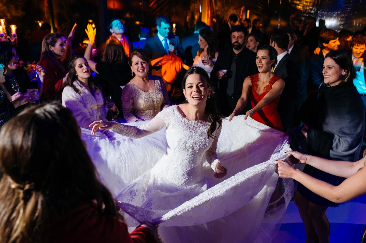 amigas brincando com o vestido na noiva