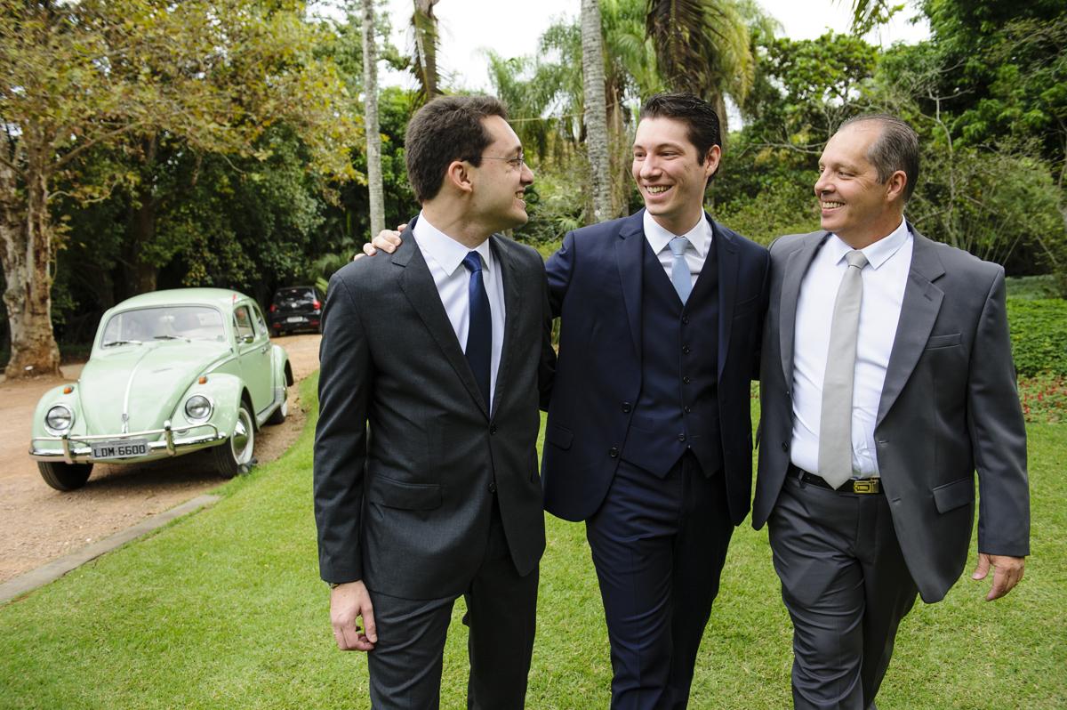 Noivo chega com o pai e um amigo em seu carro antigo