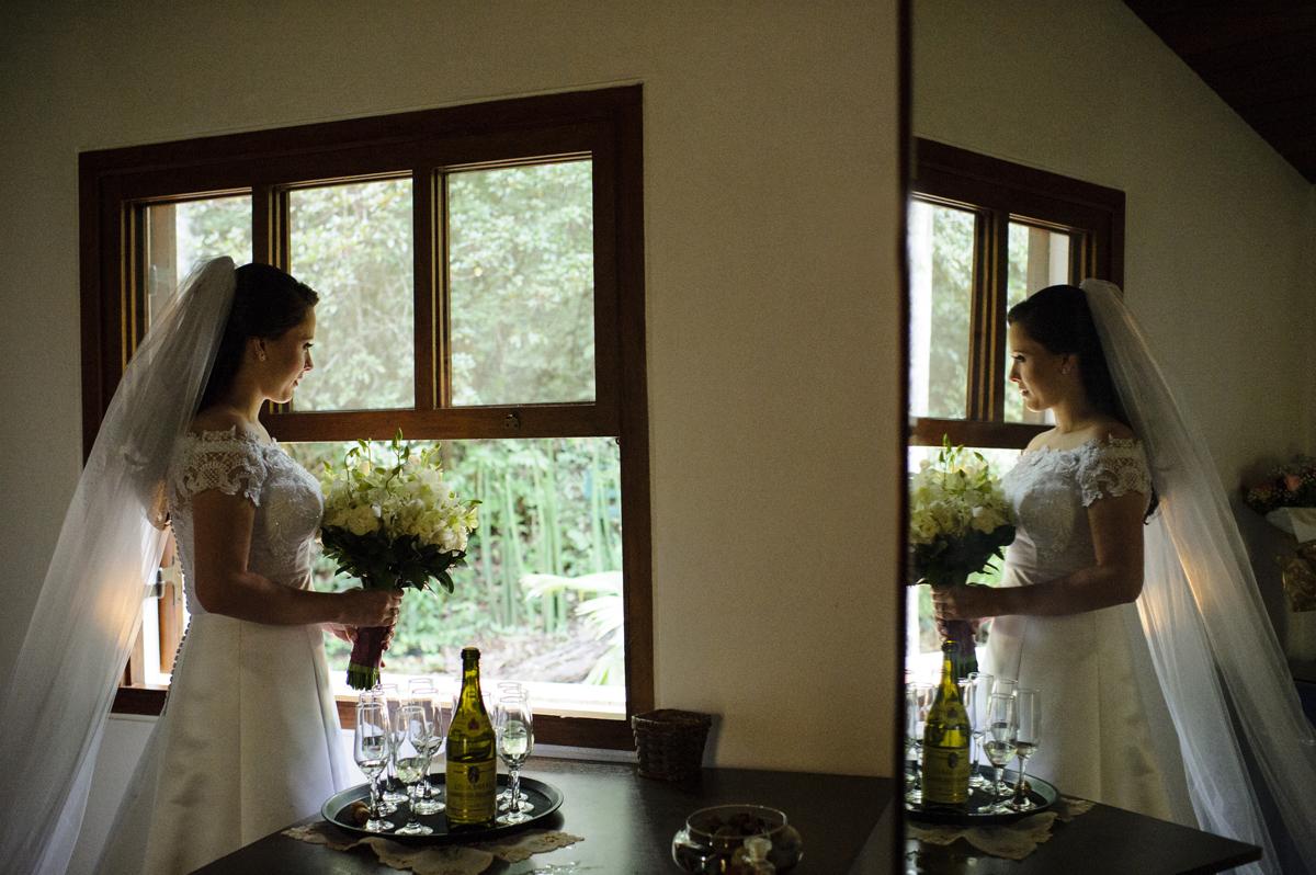 Noiva ansiosa olha cerimonia pela janela
