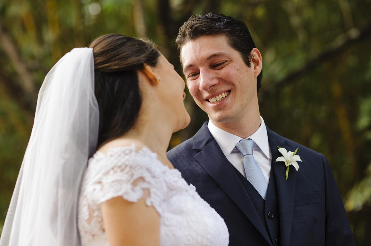 Noivo emocionado sorri para noiva