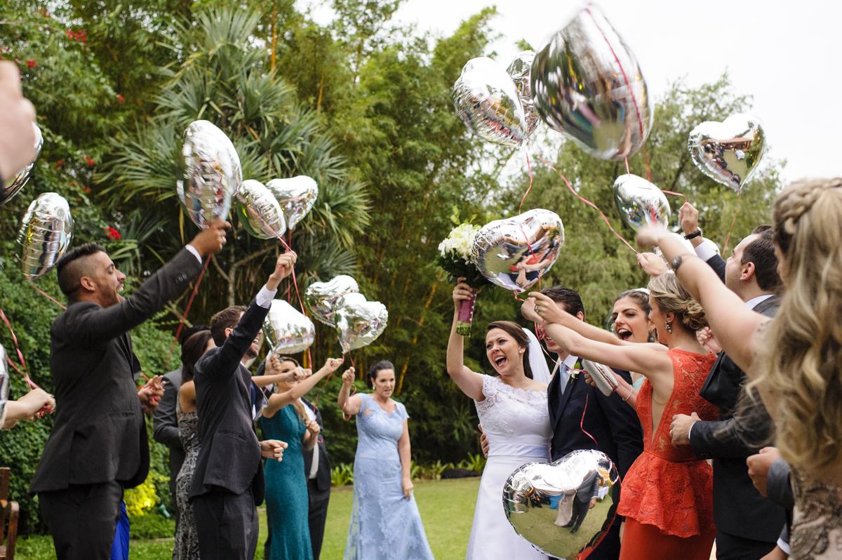 Padrinhos recebem os noivos com abraço