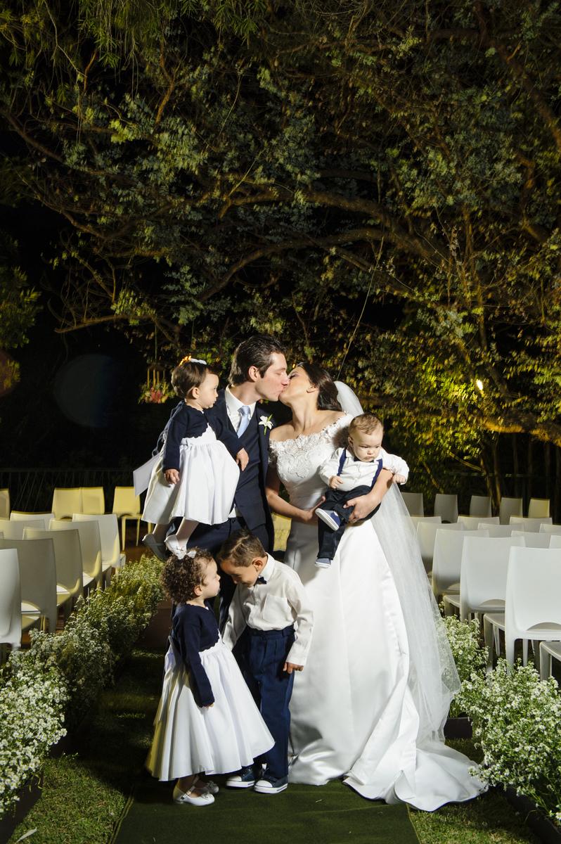 Noivos com os novinhos do casamento