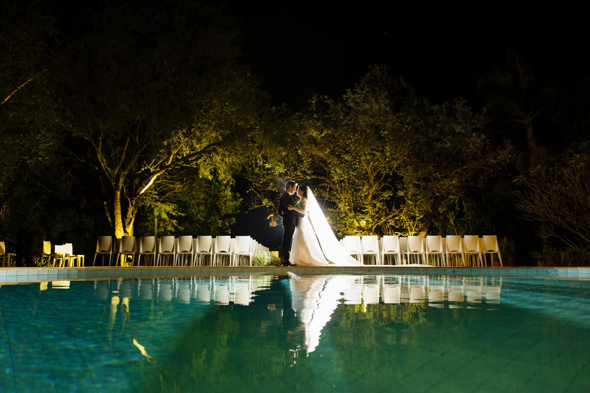 Reflexo dos noivos na piscina