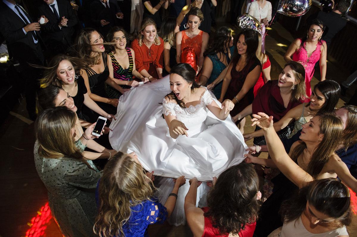 Brincadeira das meninas com a noiva na pista de dança