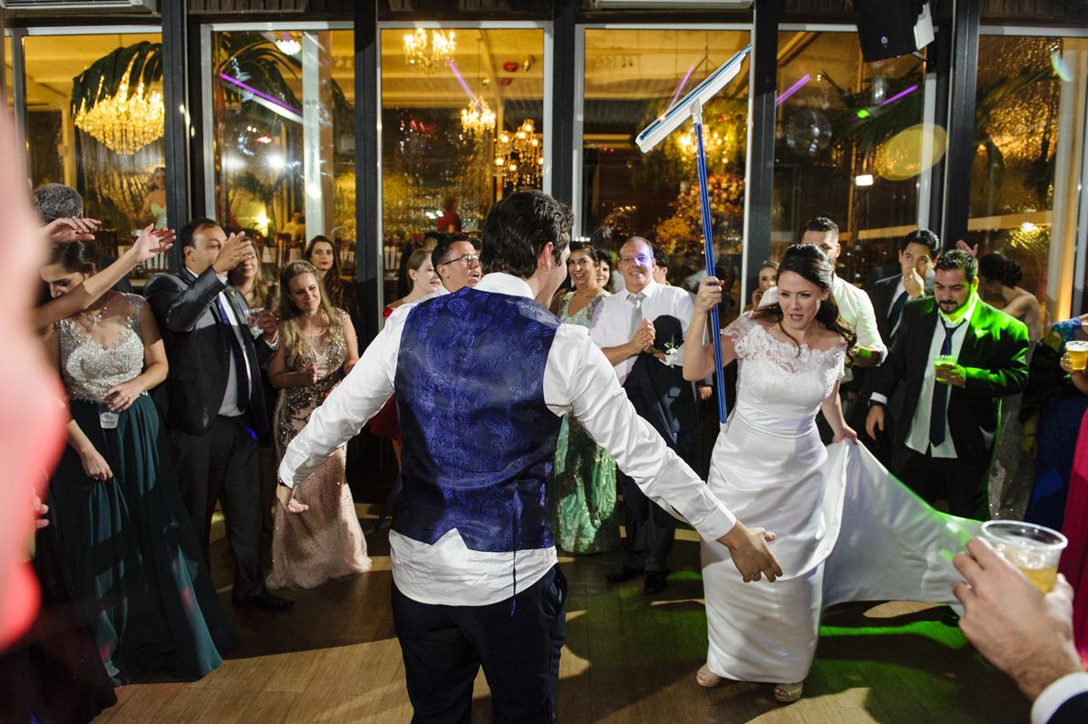 Noivos dançam com rodo Porta bandeira e mestre sala