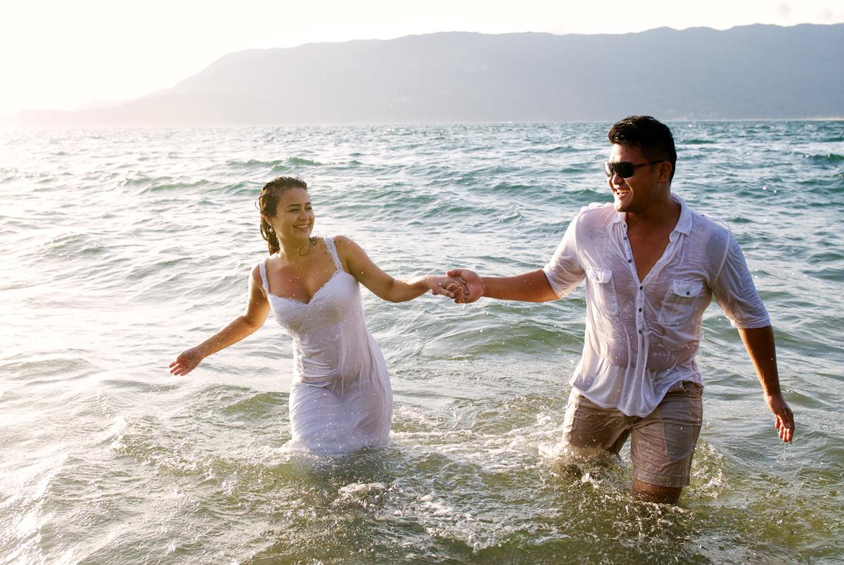 noivos encharcados na praia