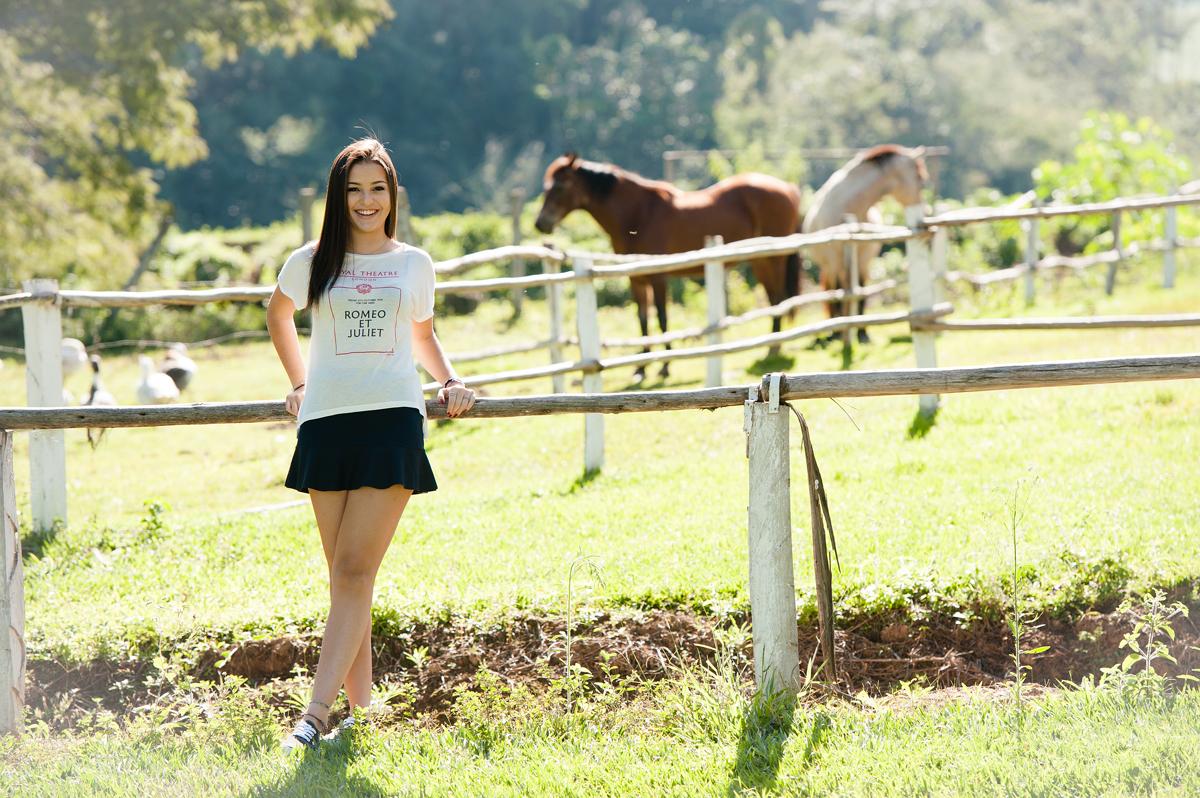debutante com cavalos na fazenda