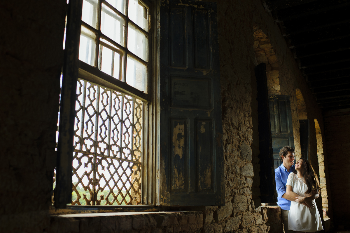 Casal namora frente a janela antiga