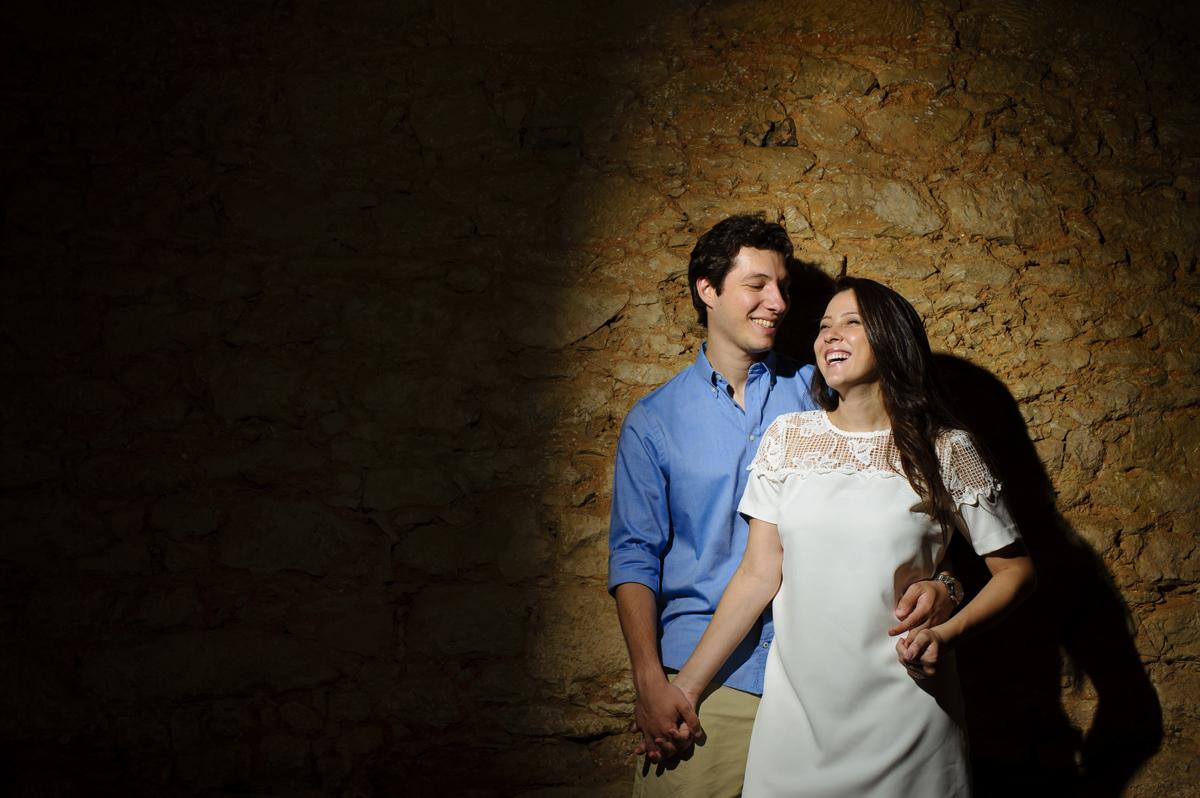 descontração do casal no muro